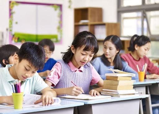 học sinh giỏi luôn tích cực ngồi bàn đầu để lĩnh hội kiến thức tốt hơn